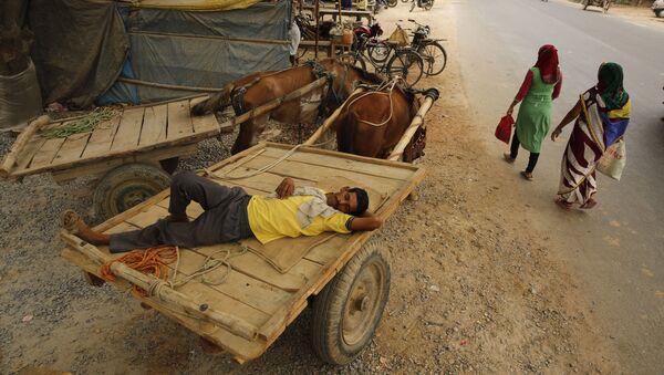 Мужчина спит в повозке во время аномальной жары, Индия - Sputnik Italia