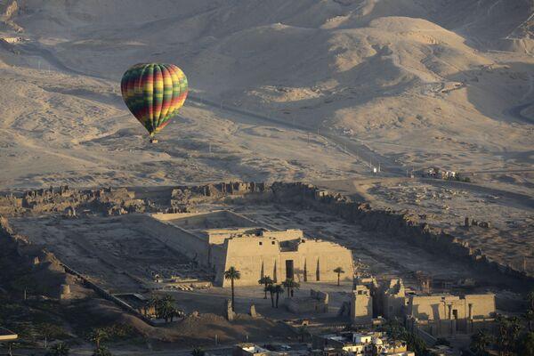 Una mongolfiera in volo sopra il tempio di Ramsete III a Luxor, in Egitto - Sputnik Italia