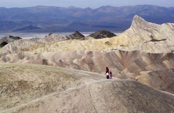 Turisti nella Valle della Morte, in California - Sputnik Italia