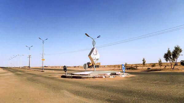 Una rotonda nel deserto del Sahara, nel villaggio di Aoulef in Algeria - Sputnik Italia