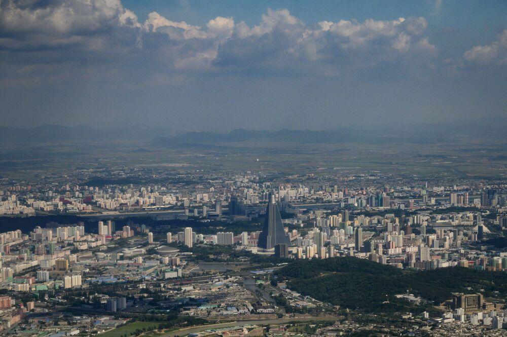 Una veduta di Pyongyang nella cappa del caldo: nella capitale nordcoreana la temperatura nei giorni scorsi ha toccato i 32° C