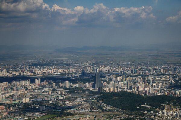Una veduta di Pyongyang nella cappa del caldo: nella capitale nordcoreana la temperatura nei giorni scorsi ha toccato i 32° C - Sputnik Italia