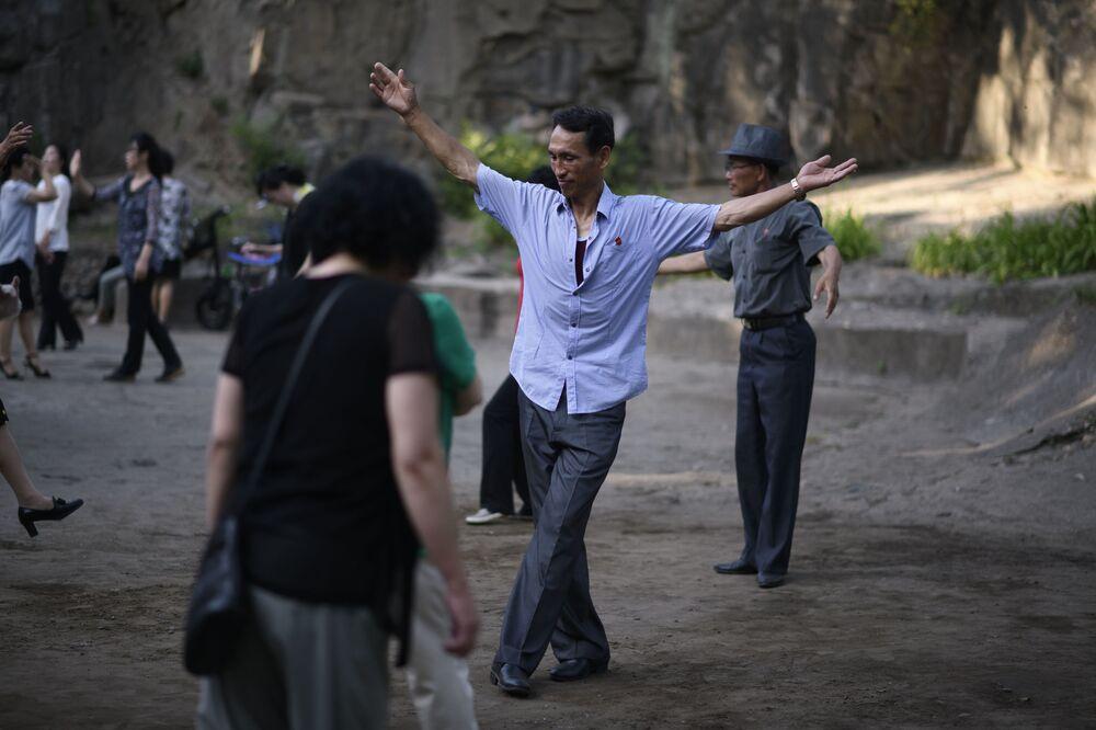 Balli di gruppo al fresco del parco Moran hill a Pyongyang