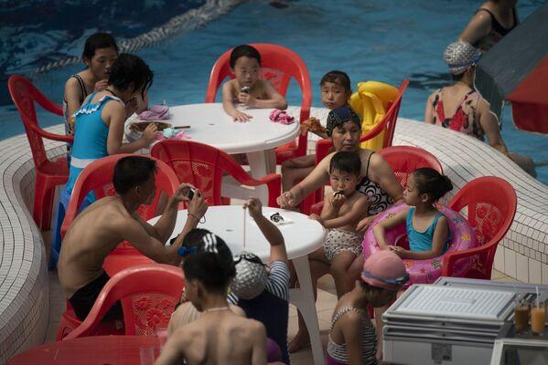 Famiglie nordocoreane si godono un pò di refrigerio nel parco acquatico di Munsu - Sputnik Italia