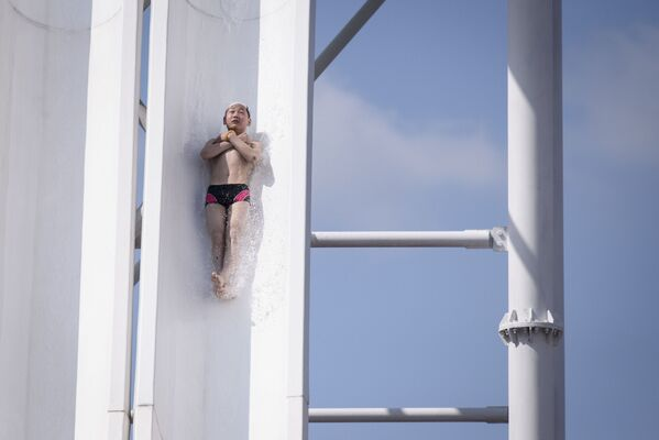 Un giovane nordcoreano si lancia sullo scivolo kamikaze del parco acquatico di Munsu a Pyongyang - Sputnik Italia