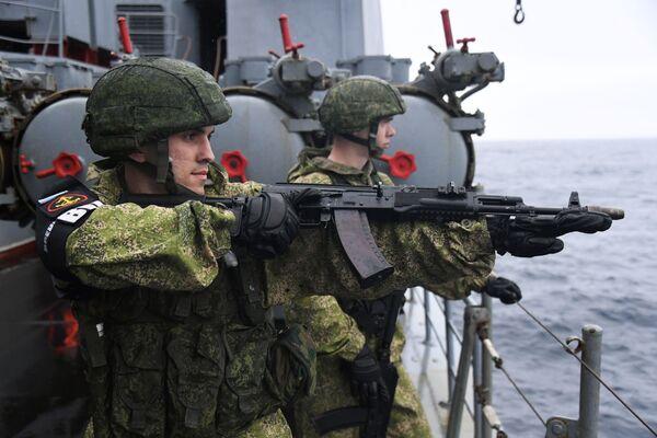 Soldati russi sulla nave cacciatorpediniere Admiral Panteleyev  - Sputnik Italia