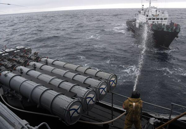 Simulazione di spegnimento di un incendio sulla nave utilizzata nelle esercitazioni come obiettivo di attacco da parte dei pirati  - Sputnik Italia