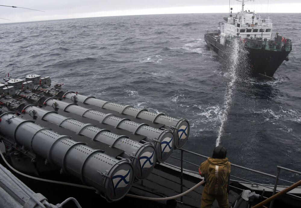Simulazione di spegnimento di un incendio sulla nave utilizzata nelle esercitazioni come obiettivo di attacco da parte dei pirati