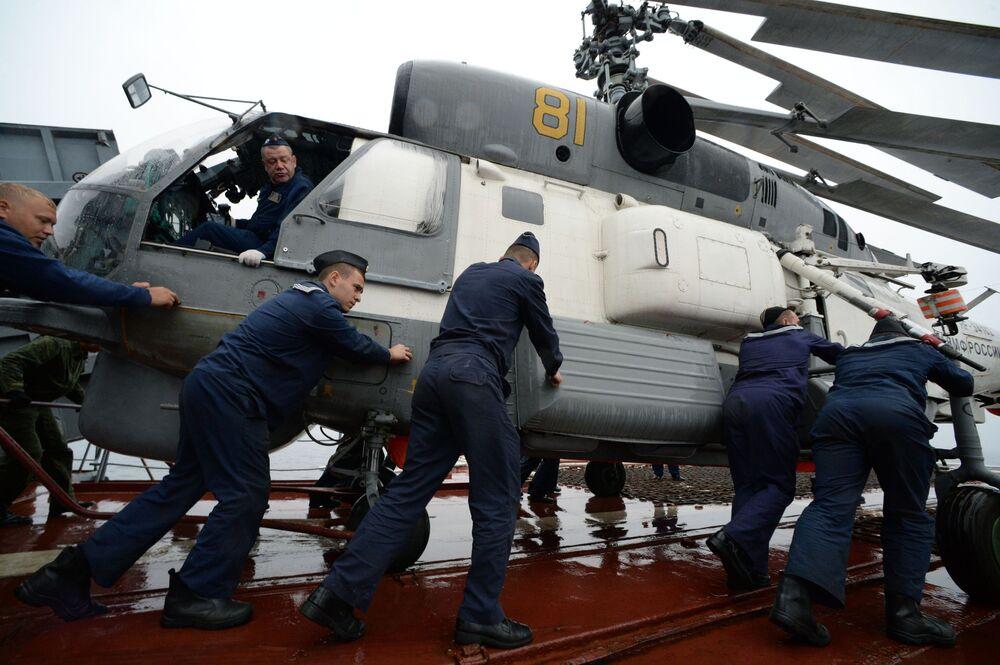 Le operazioni di preparazione di un elicottero Ka-27 a bordo della Ammiraglio Panteleyev