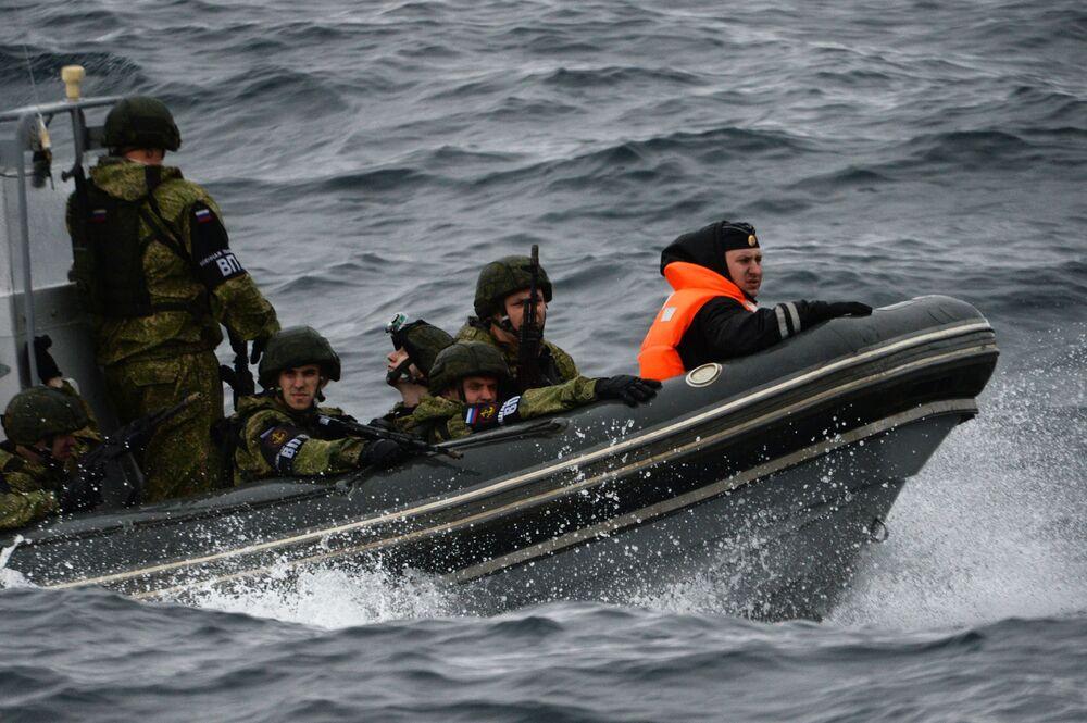 Soldati russi durante le esercitazioni nelle acque dell'Oceano Pacifico