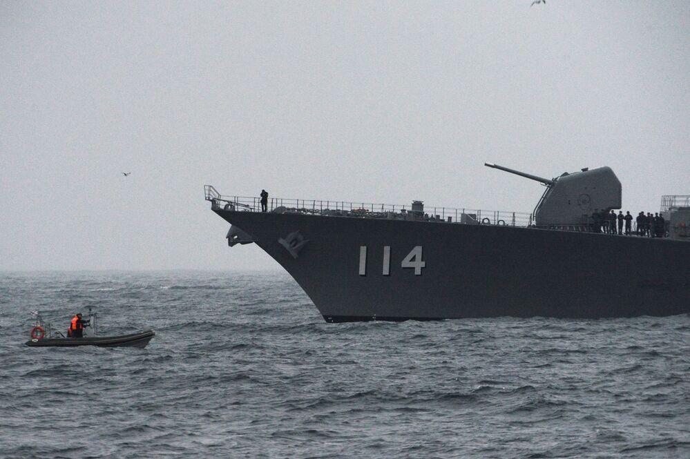 La nave cacciatorpediniere giapponese Suzunami affiancata da un gommone durante le esercitazioni SAREX 2019