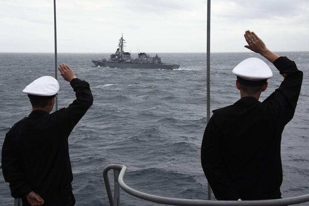 I soldati russi salutano i colleghi giapponesi al termine delle esercitazioni