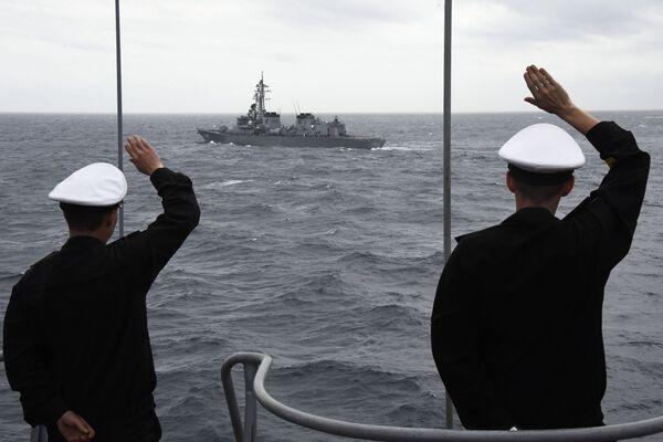 I soldati russi salutano i colleghi giapponesi al termine delle esercitazioni - Sputnik Italia