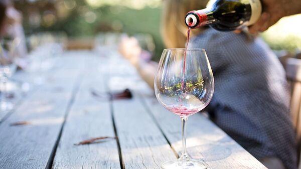 Vino rosso versato in un bicchiere - Sputnik Italia