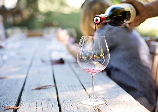 Vino rosso versato in un bicchiere