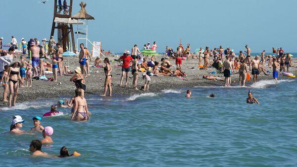 Отдыхающие на пляже в районе Адлер города Сочи - Sputnik Italia