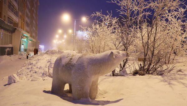 Scultura di orso polare a Noril'sk - Sputnik Italia