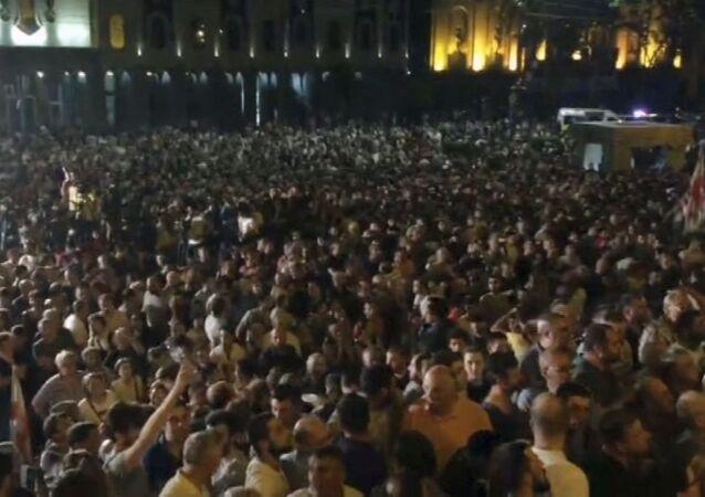 Georgia, manifestanti fanno irruzione nel palazzo del parlamento