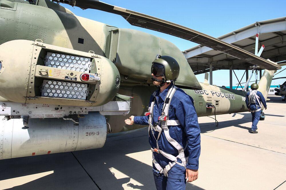 L'equipaggio di un elicottero MI-8N Cacciatore Notturno nelle fasi di preparazione pre-volo