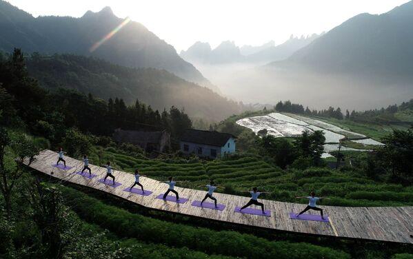 Persone praticano yoga a Zhangjiajie, in Cina. - Sputnik Italia