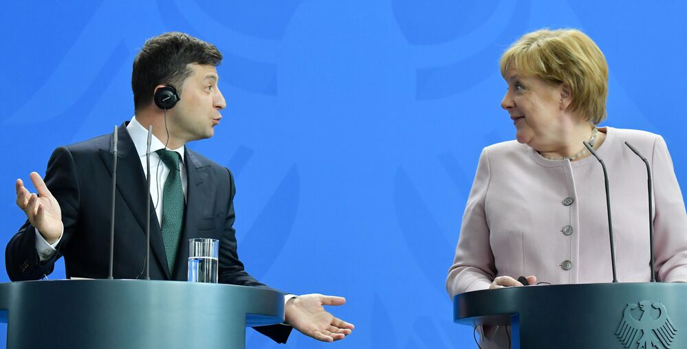 Presidente ucraino Vladimir Zelensky e Angela Merkel a Berlino.