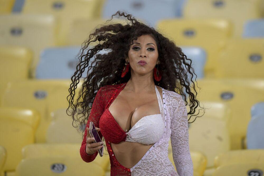 Una tifosa peruviana prima della partita della Copa America allo stadio Maracana a Rio de Janeiro, Brasile.