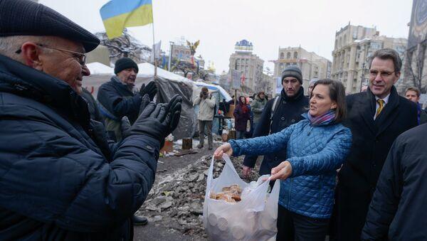 Victoria Nuland sfama i manifestanti del Maidan di Kiev nell'inverno 2014 - Sputnik Italia