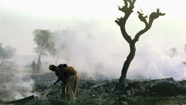 Firefighters search early Wednesday Nov. 13, 1996 through the smouldering debris of the Saudi 747 jumbo jet which collided in mid-air with a Kazak airliner cargo plane killing up to 351 people Tuesday Nov. 12, 1996 - Sputnik Italia