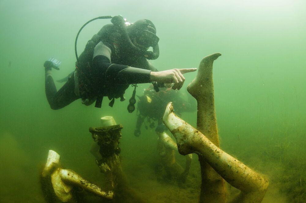 I sub nuotano sott'acqua nella cava allagata di Konstantinovsky nella regione di Tver.