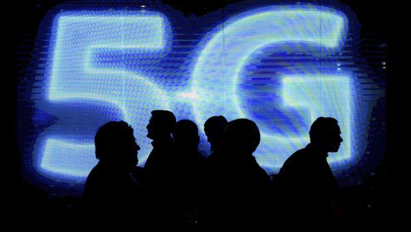 Visitatori davanti al logo 5G al Mobile World Congress, 2017 - Sputnik Italia