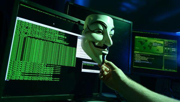 Maschera di fronte a un programma hacher sullo schermo di un computer - Sputnik Italia
