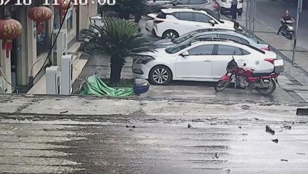 Uomo prende al volo un bambino caduto dal secondo piano - Sputnik Italia