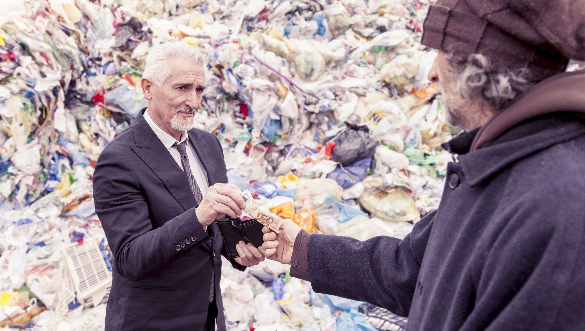 Un uomo ricco dà i soldi a un uomo povero - Sputnik Italia, 1920, 25.02.2021