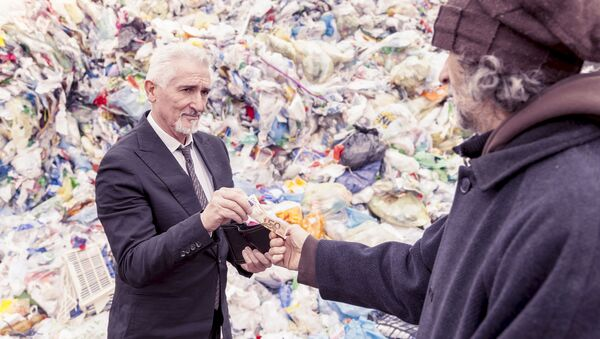 Un uomo ricco dà i soldi a un uomo povero - Sputnik Italia