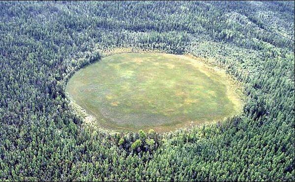 Palude nella taiga spesso erronaemante indicata come cratere - Sputnik Italia