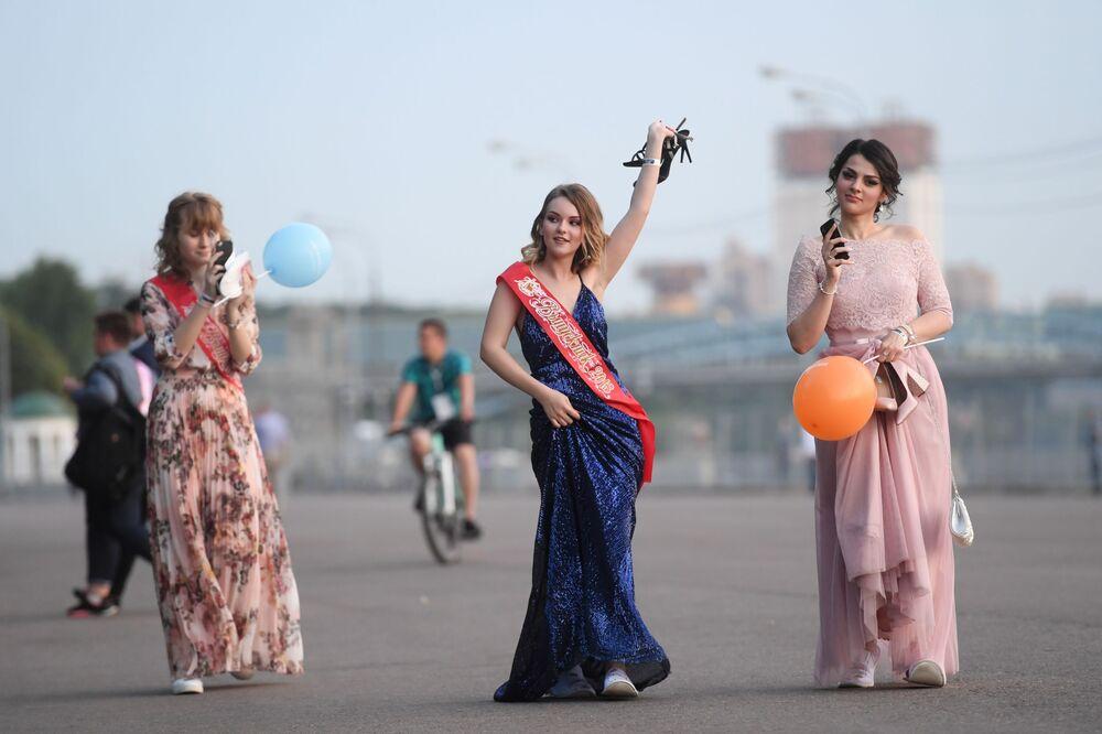 2018, studentesse a passeggio nel Parco Gorky di Mosca dopo la fine degli esami
