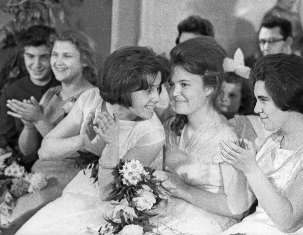 1963, cena di fine anno scolastico per delle giovani diplomate sovietiche