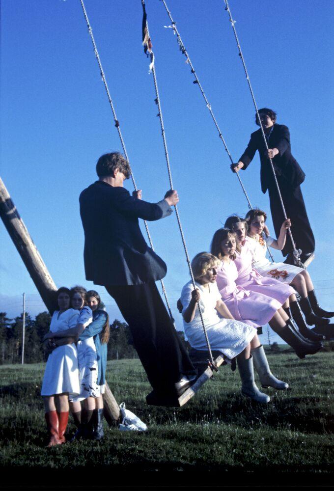 1979, giovani studenti festeggiano la fine degli esami in campagna