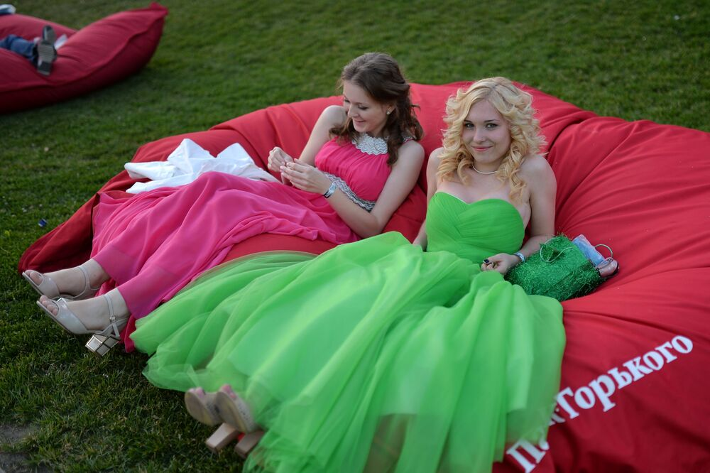 2014, la mattina dopo la festa di fine esami di due ragazze in un parco di Mosca