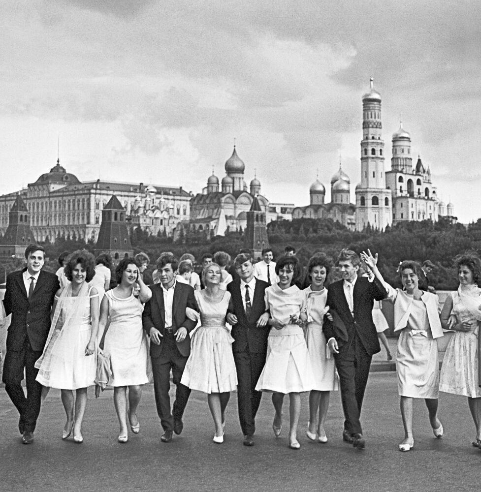 1964, Studenti e studentesse in festa sulla Piazza Rossa di Mosca, dopo la ricezione degli attestati di diploma