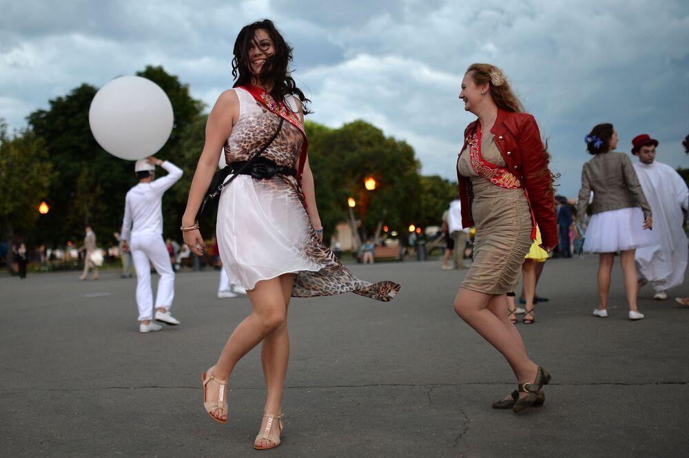 2014, la gioia di queste ormai ex studentesse si sfoga in un ballo all'aperto a Mosca
