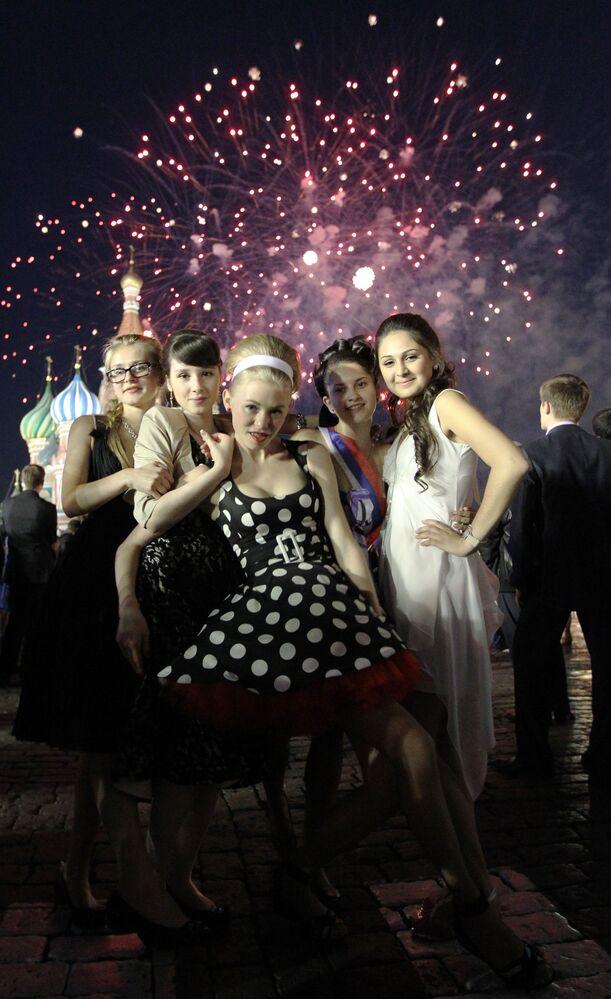 2011, foto di gruppo con i fuochi d'artificio sullo sfondo nella piazza Rossa: da qui a qualche settimana per queste studentesse sarà tempo di scegliere a quale università iscriversi