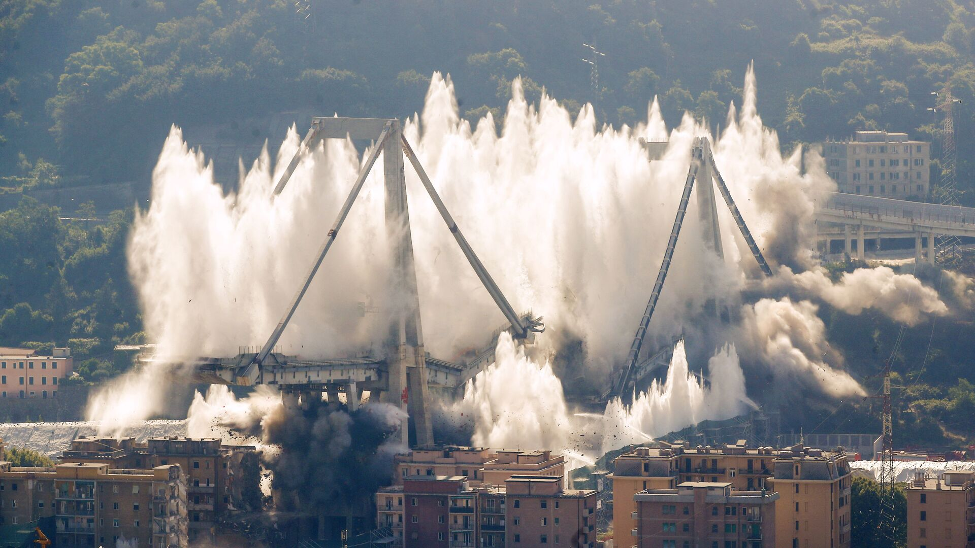 Momento dell'esplosione del ponte Morandi a Genova, 26.08.2019 - Sputnik Italia, 1920, 27.06.2021