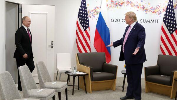 Президент РФ Владимир Путин и президент США Дональд Трамп во время встречи на полях саммита Группы двадцати в Осаке - Sputnik Italia