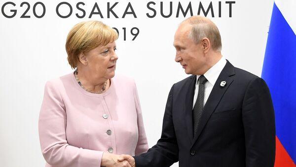 La cancelliera tedesca Angela Merkel, durante l'incontro con il presidente russo Vladimir Putin nell'ambito del vertice G20 di Osaka - Sputnik Italia