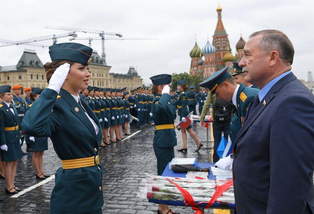 Il giuramento di un'allieva dell' Accademia della Protezione Civile e del Servizio Nazionale Antincendio del Ministero delle Situazioni d'Emergenza della Federazione Russa