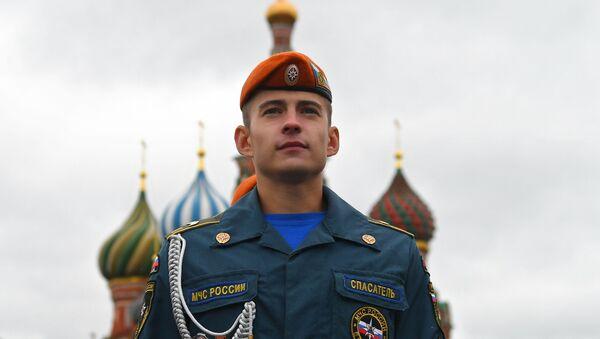 Un allievo dell'Accademia del Ministero delle Situazioni di Emergenza della Federazione Russa sulla Piazza Rossa - Sputnik Italia
