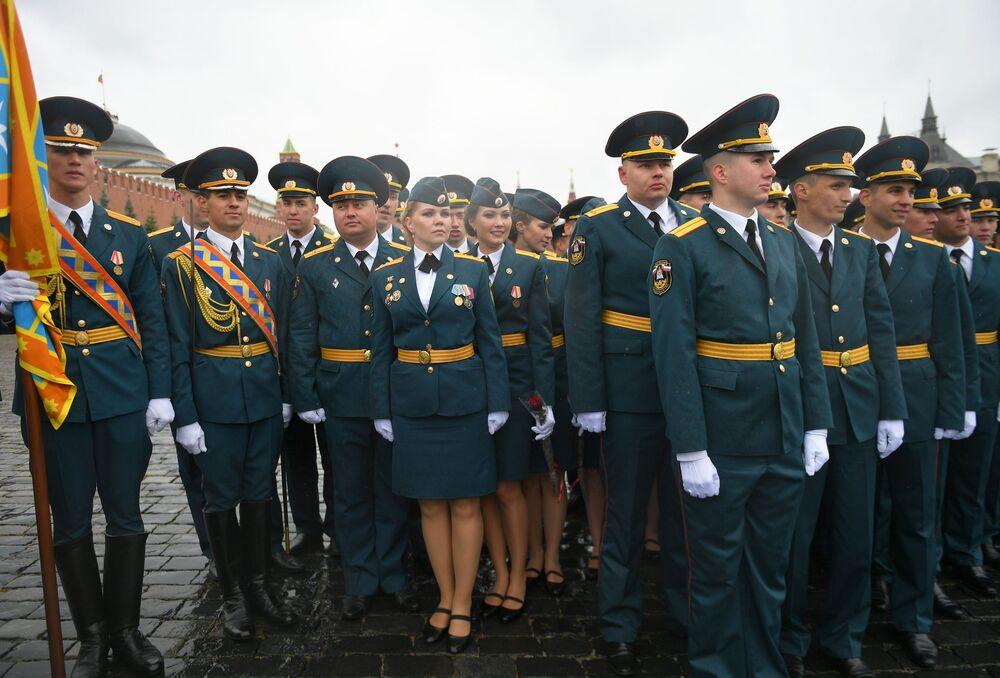 Allievi e allieve dell'Accademia del Ministero delle Situazioni di Emergenza della Federazione Russa prima del giuramento