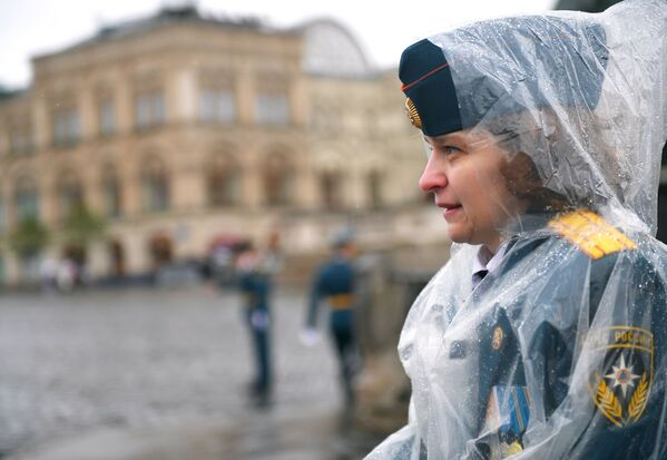 La pioggia ha disturbato la cerimonia, ma non  ha rovinato l'umore degli allievi e delle allieve dell' Accademia del Ministero delle Situazioni di Emergenza della Federazione Russa - Sputnik Italia
