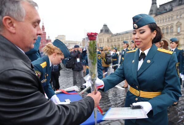 Ad ogni allieva diplomata viene consegnato l'attestato ed un fiore  - Sputnik Italia